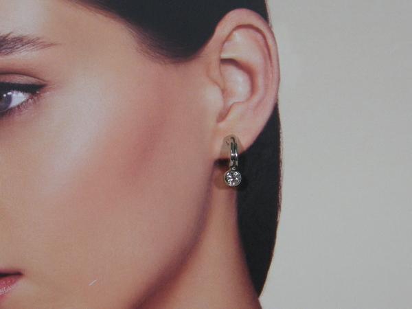 Zilveren half ronde oorhanger met zirconia steentjes