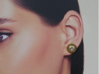 Goud gematteerd klein rond oorknopje met strassjes