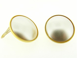 Italiaanse fashion oorclip parel cabuchon gezet in gouden chaton