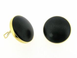 Lederen Italiaanse fashion oorclip, cabuchon bekleed met zwart lederen lams nappa en gezet in gouden chaton