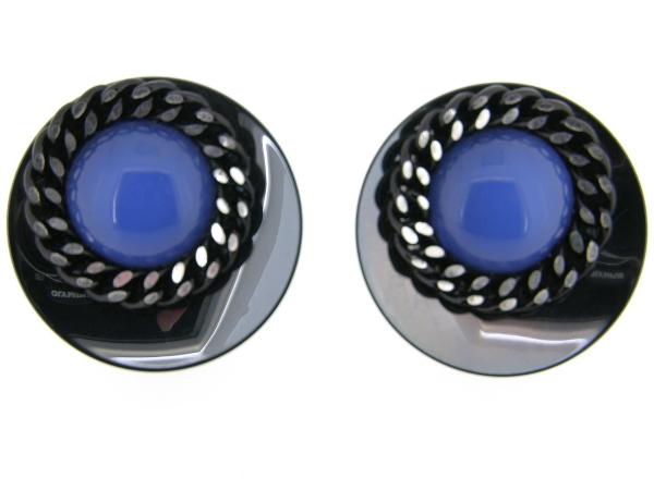 Italiaans fashion oorclip met blauw kristallen cabuchon omrand met ketting en gezet op gun metalen chaton