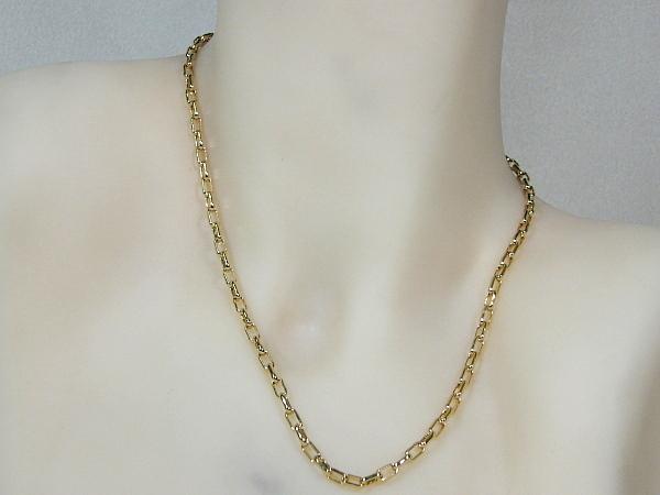Gouden halsketting collier met kleine vierkante close for ever schakeltjes