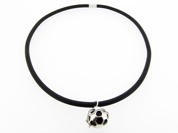 Collier met zilveren voetbal waarin Onyx edelsteen bal