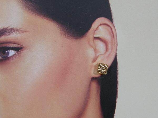 Gouden filigree oorknopje