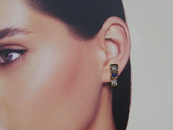 Rosé gouden oorsteker met saffier en heldere kristallen
