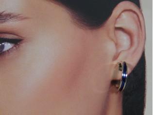 Zilveren kleine Franse oorring met blauw ingelegde emaille