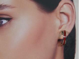 Zilveren kleine Franse oorring met rood ingelegde emaille