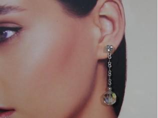 Lange oorhanger met heldere kristallen en strass steentjes