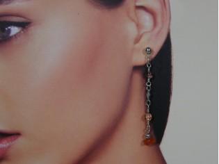 Lange oorhanger met gekleurde kristallen en carneool edelsteentjes