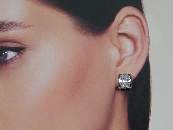 Zilveren oorsteker met grote diamant geslepen zirconia stenen