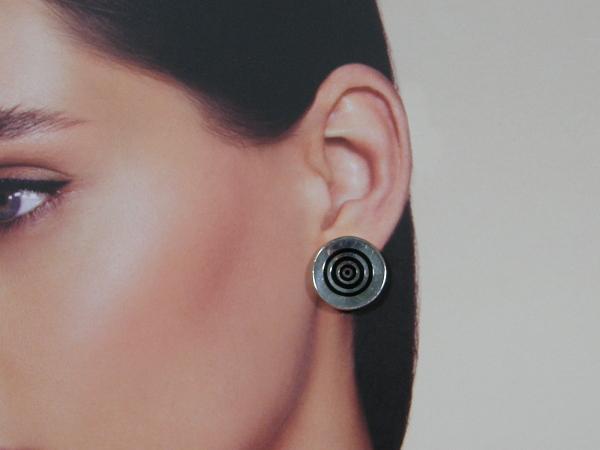Zilveren ronde oorsteker met Grieks motief in zwart emaille