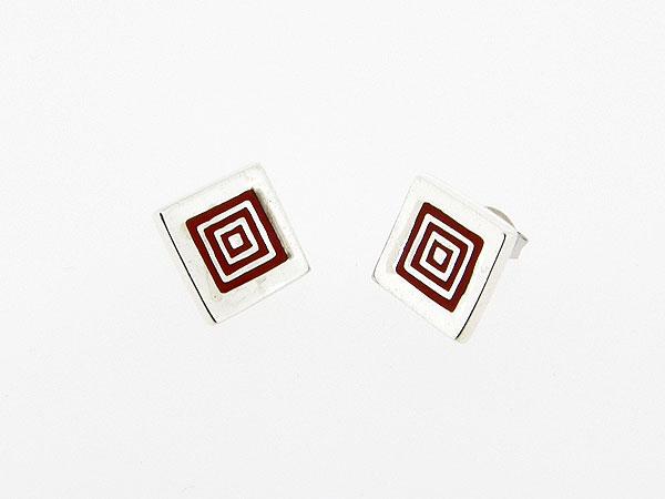 Zilveren oorsteker met Grieks motief in rood emaille