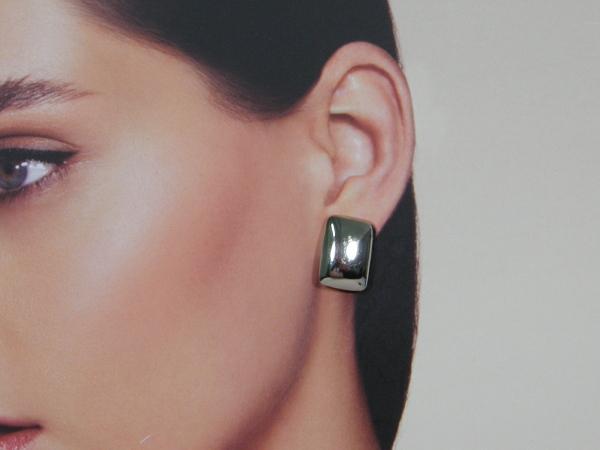 Zilveren halfronde oorknop