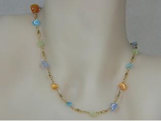 Gouden halsketting met fantasie schakel en gekleurde edelsteentjes