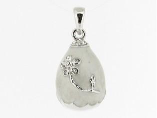Zilveren hangertje bloemtak gemarmeleerd wit emaille en ingelegde kristallen