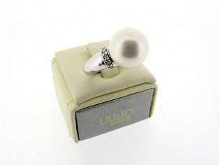 Zilveren ring met parel en heldere kristallen, bijzonder charmante parel