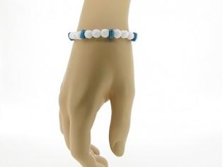 Armbandje met witte en blauwe steentjes en verstelbaar lederen sluiting.