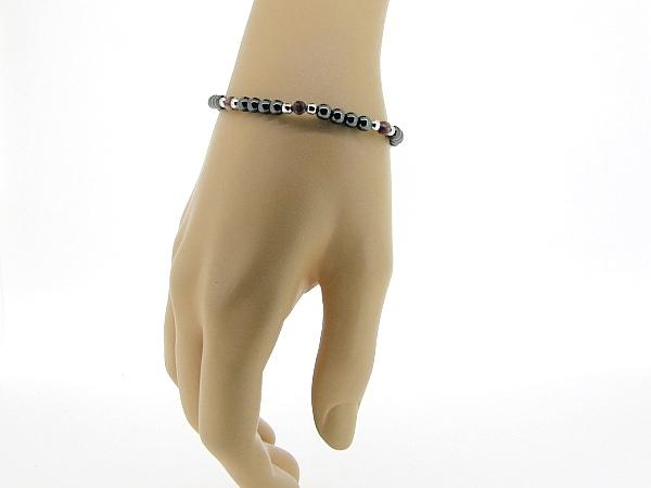 Hematiet armbandje met edelsteentjes gecombineerd met ronde koraal en zilveren balletjes