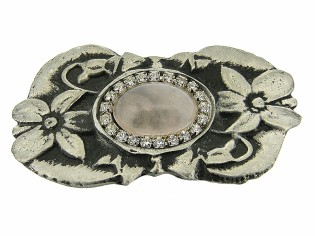 Tinnen broche met Rozenkwarts cabuchon omringd met Swarovski kristallen in zilvertin gezet