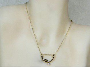 Gouden ketting met hangertje fantasie beugeltje en zirconia steentje