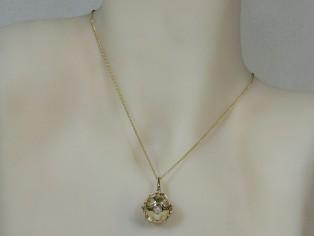 Gouden ketting met hangertje bal waarin parel