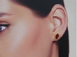 Gouden Swarovski oorknop met ovale robijn steentjes