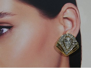 Gouden chique oorbellen met grote ingelegde heldere kristallen